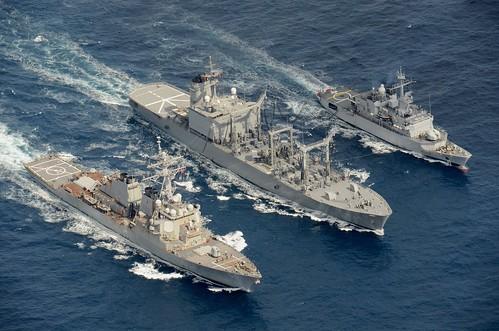24日通過台灣海峽的美國驅逐艦「魏柏號」, 19日曾與日法兩國軍艦, 在九州附近海域, 舉行聯合演練 (上圖/<a data-focusa...