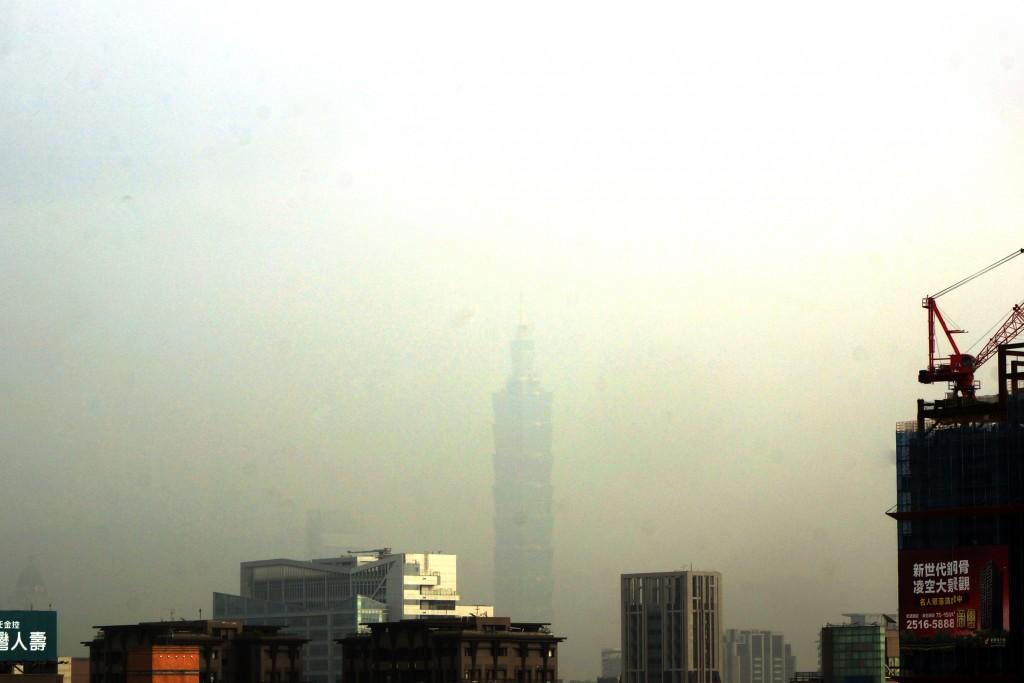 26日空品拉警報! 101大樓消失在霧霾中 南台灣越晚越糟