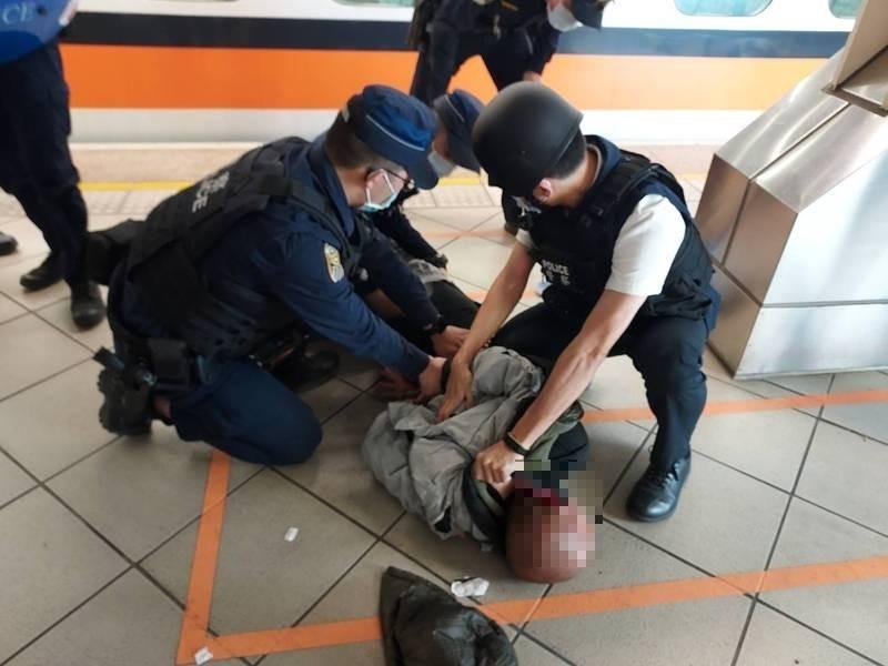 Police restraining Lin. (Kaohsiung City Government Police Bureau photo)