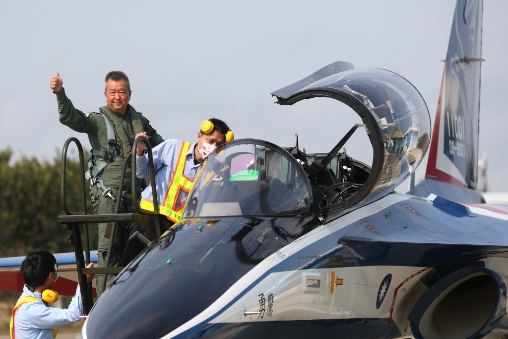 AIDC Chairman Hu Kai-hung (top left) poses with Brave Eagle jet trainer