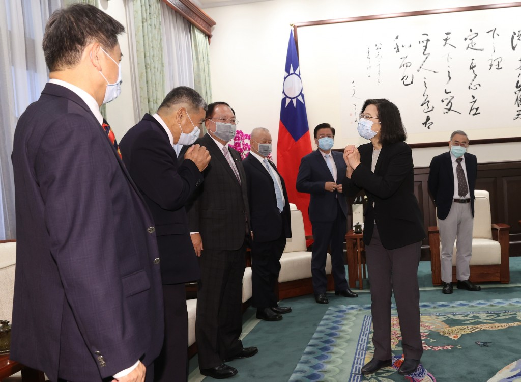 President Tsai (second right) meets business leaders at the Presidential Office Tuesday