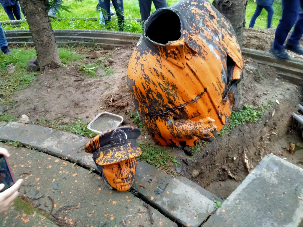Two parts of the Chiang Kai-shek statue taken down in Keelung Wednesday
