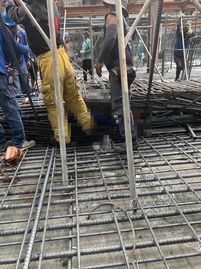 高雄市鼓山區美術東四路4日上午發生工安意外,已知有5人受傷,其中3人脫困、意識清楚,另2人傷重命危。(讀者提供)中央社