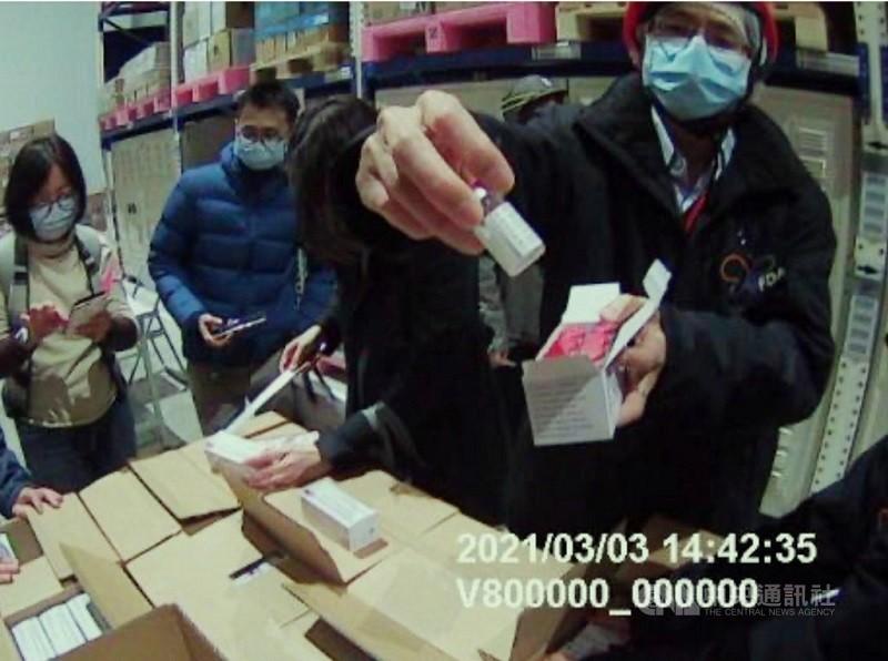 首批牛津AZ疫苗3日運抵台灣,由食藥署人員確認疫苗批號、數量及冷鏈無誤後,拆開疫苗包裝檢查外觀。(食藥署提供)中央社