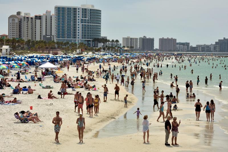 去年春假期間,美國各地大學生然無視疫情,照常跑趴、四處遊玩。(圖/路透社)