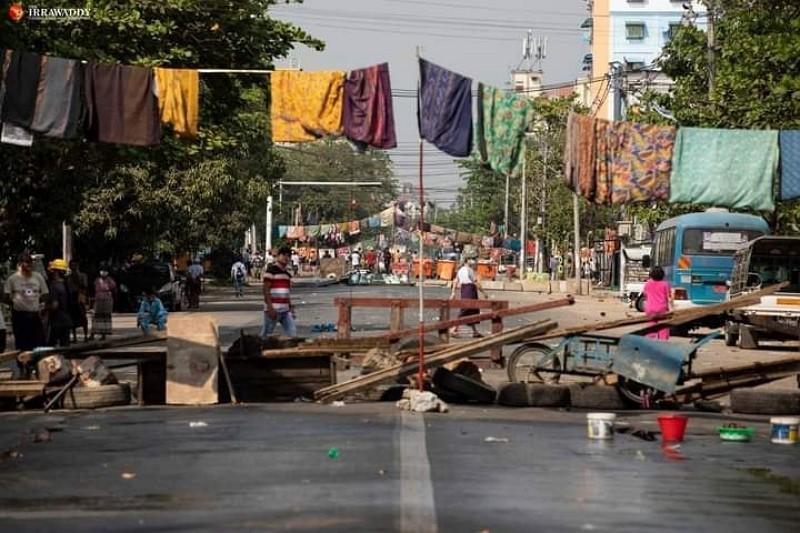 緬甸街頭高掛女裙(圖/臉書Ko Khine Linn Shwe)