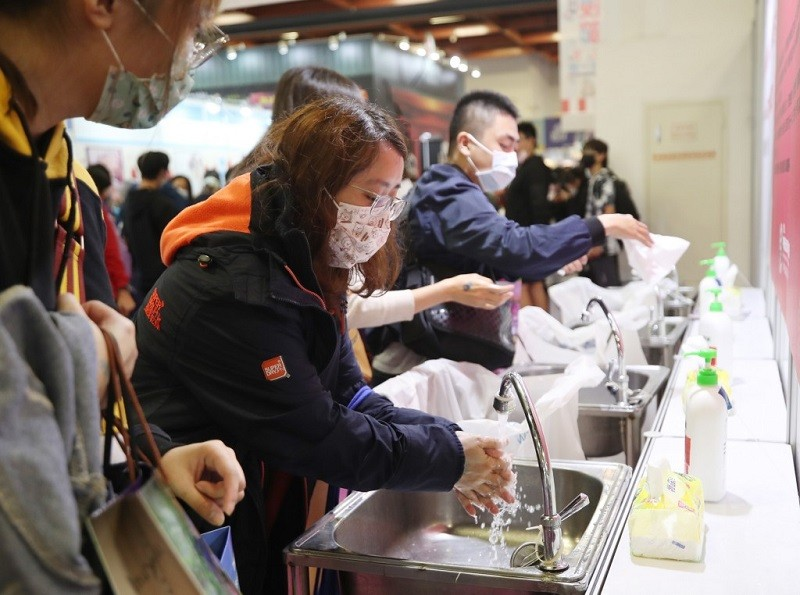 預防傷寒除了不吃生食, 還要落實良好衛生習慣,飯前便後一定要以肥皂澈底洗手。(中央社檔案照片)