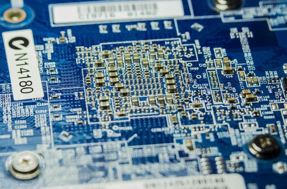 智鈊、芯道等公司涉與中國晶片設計公司組高薪挖腳團,3年挖角數百台灣半導體人才,檢調9日兵分7路搜索。(示意圖/圖取自Pixabay圖庫)