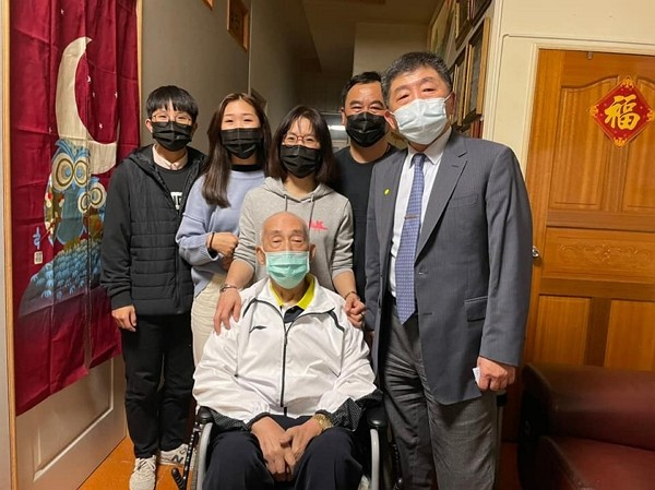 Health Minister Chen Shih-chung (right) visits family after their recovery from COVID-19. (CECC photo)