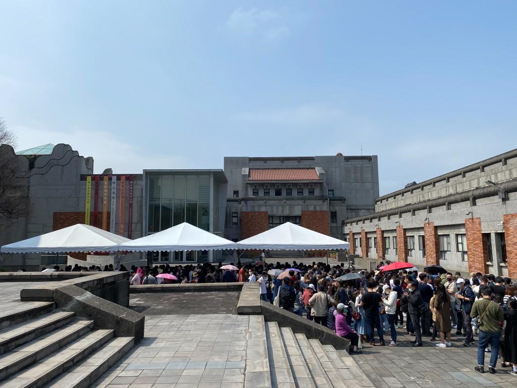 人潮塞爆甫開幕的奈良美智特展,主辦單位呼籲民眾暫緩前往!(圖/文總)