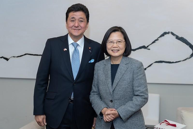 Japanese Defense Minister Kishi Nobuo (left), President Tsai Ing-wen during Kishi's visit to Taiwan in January 2020. (Presidential Office photo)&n...