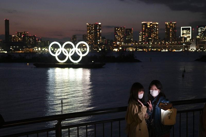 圖為日本東京奧運五環標誌夜景 (美聯社)