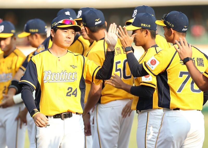 中職32年新球季13日正式在台南棒球場揭幕,也是中信兄弟隊新科總教練林威助(前左)執掌一軍兵符首戰,他表示,以平常心看待。中央社