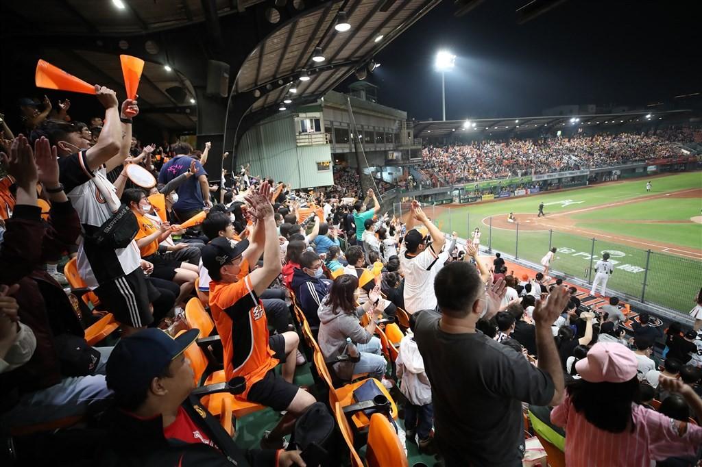 【台灣防疫有成】中華職棒13日開幕戰 台南棒球場湧7800人•接近「滿場」規模