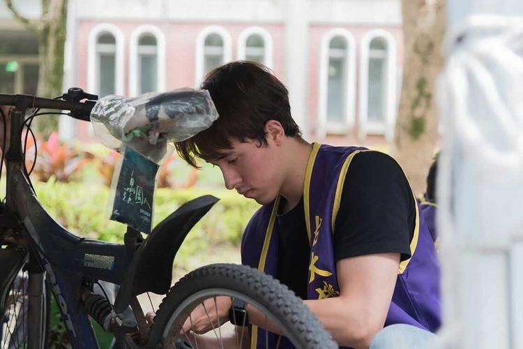 NTU studentinspecting bicycle (NTU photo)