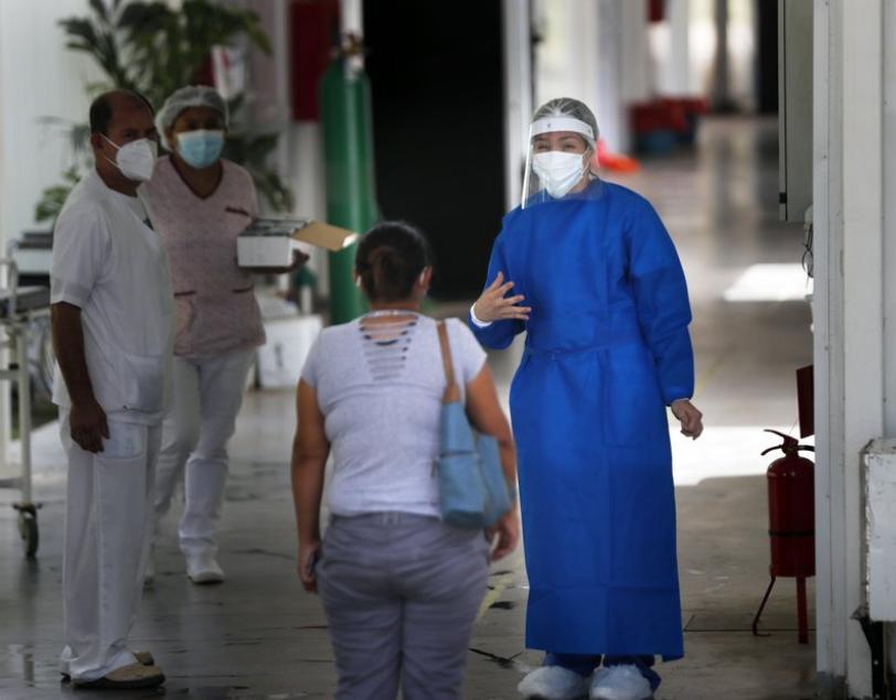 巴拉圭因疫苗及基礎藥物的短缺,導致醫護不敢再接受病患至加護病房,此也引發民眾不滿爆發抗議衝突,衛生部長辭職。(圖/美聯社)