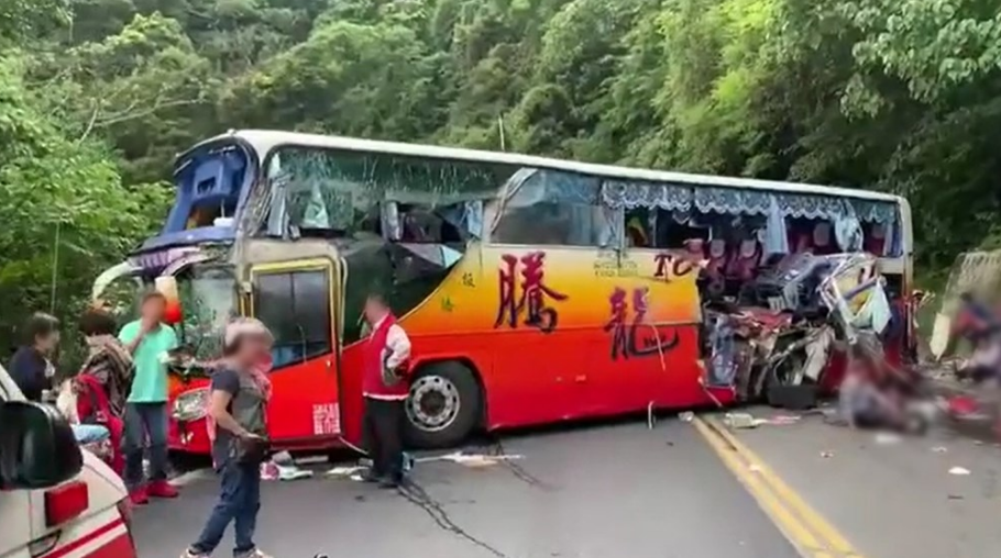 On the afternoon of the 16th, a tourist bus hit a mountain wall at 11...