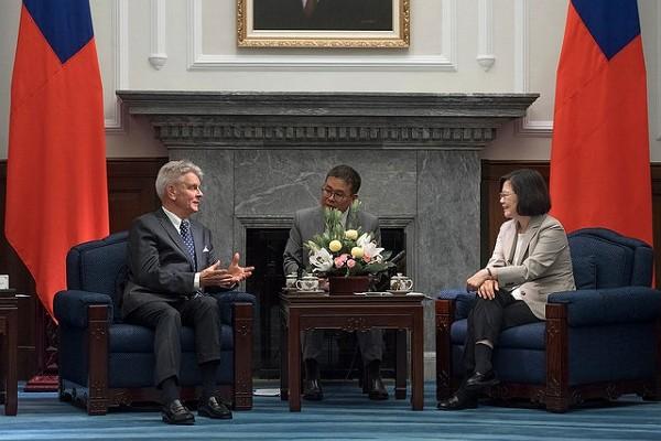 French Senator Alain Richard meets with President Tsai Ing-wen in 2018. (Presidential Office photo)