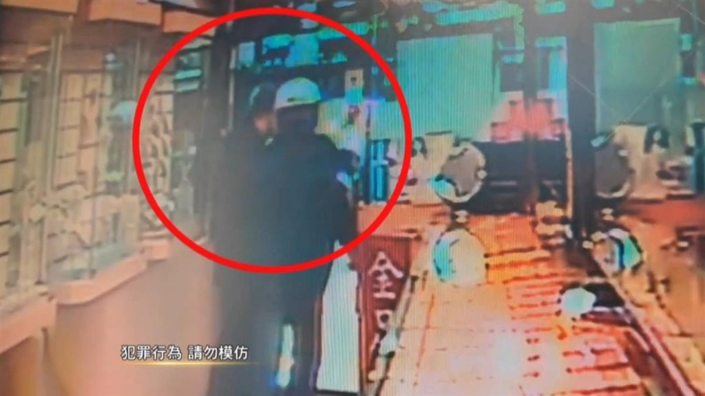 Two of the suspects standing at entrance. (New Taipei Police Department image)