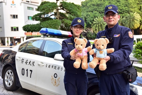 Taipei City police add teddy bears to patrol vehicles. (Taipei City Police Department photo)