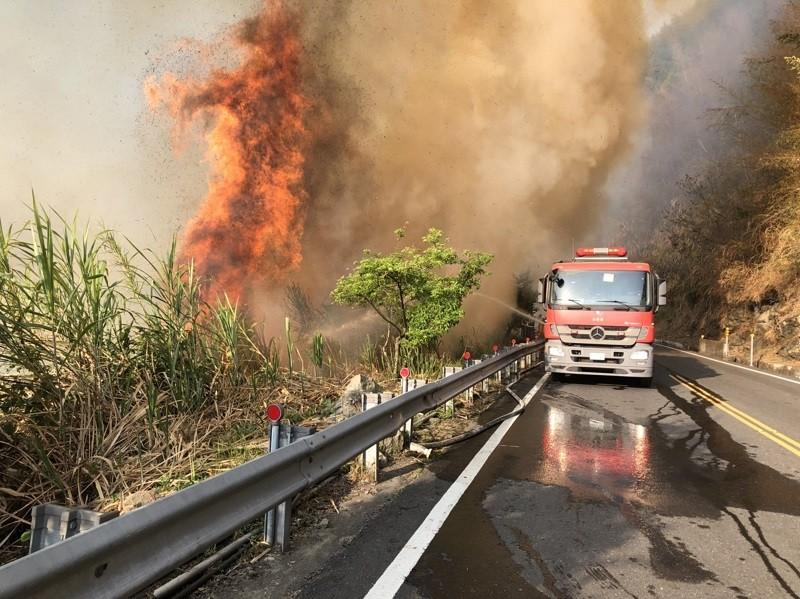 嘉義縣達邦公路18日下午發生林班地火警,一路往上燃燒,燒到台18縣阿里山公路下方,消防車在阿里山公路上灌水滅火,阿里山公路68.7K到6...