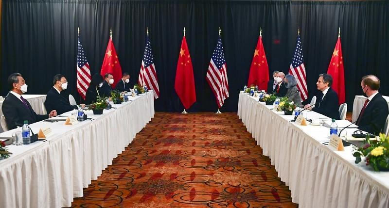 圖為美國(右) 與中國(左) 雙方代表, 18日在阿拉斯加安克拉治會談情形 (美聯社)
