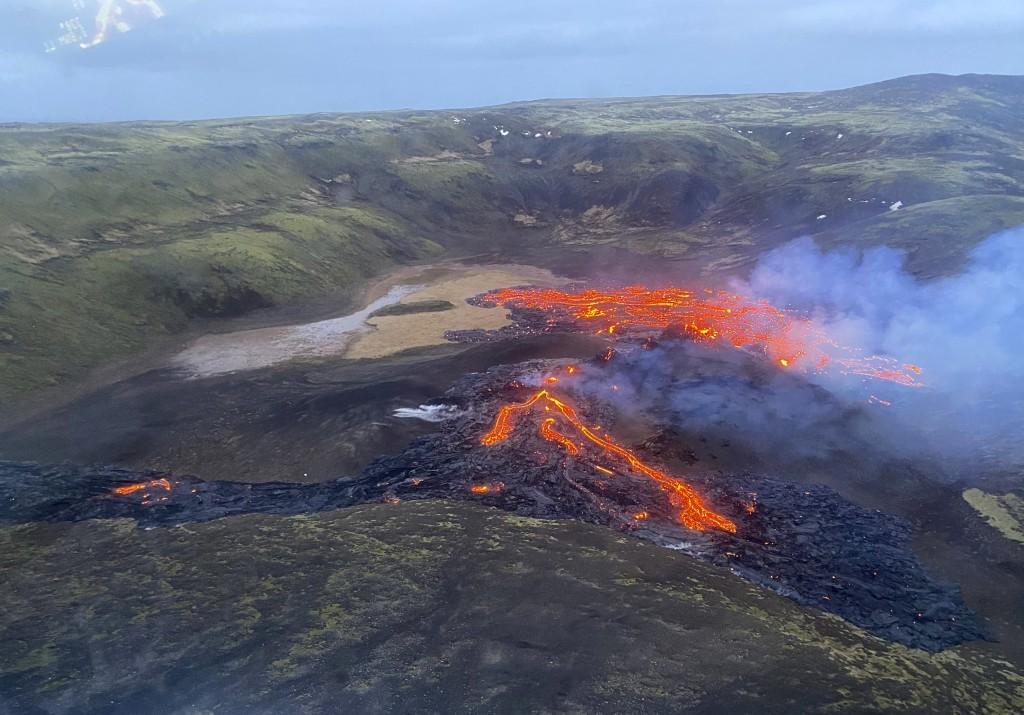 冰島靠近首都雷克雅維克的Fagradalsfjall火山在沈寂數百年後再度噴發,歷經兩天後才逐漸平息。(圖/美聯社)