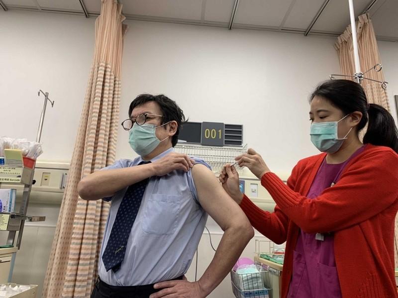 台灣首批牛津AZ疫苗22日開打,衛福部雙和醫院院長吳麥斯(左)上午7時50分即來到急診室,帶頭施打第一針。中央社
