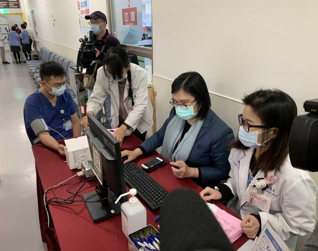 【AZ疫苗開打】全台灣醫護第一針是他: 雙和醫院院長吳麥斯 目前院內有7成同仁願施打