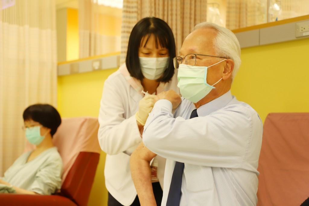 和信醫院由黃達夫院長帶領醫療同仁於3/22上午11點率先接受AZ疫苗開打。(和信醫院提供)