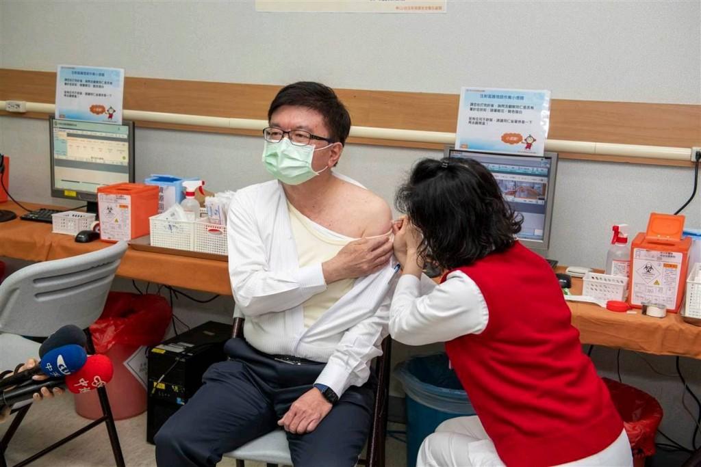 長庚決策委員會主委暨林口長庚醫院院長程文俊(左)率先接受疫苗接種。(照片由長庚醫療財團法人提供)