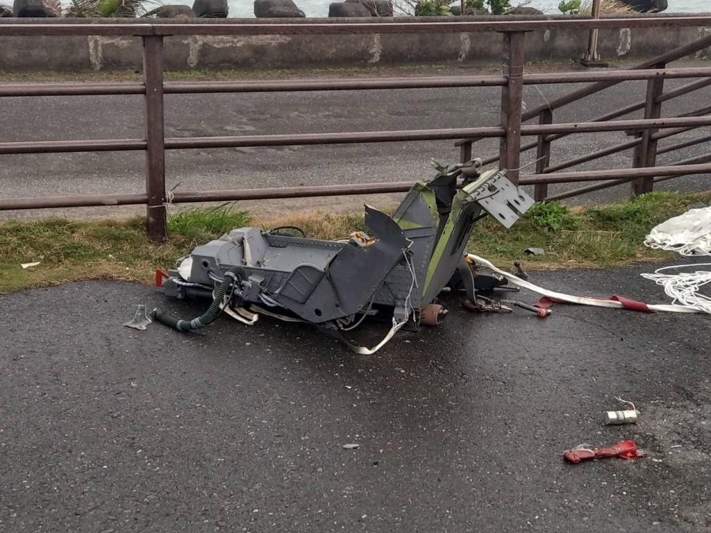 空軍志航基地2架F-5E戰機22日在屏東外海疑似擦撞墜海,警方在台26線73公里處發現1具傘具連座椅。(國搜中心提供)