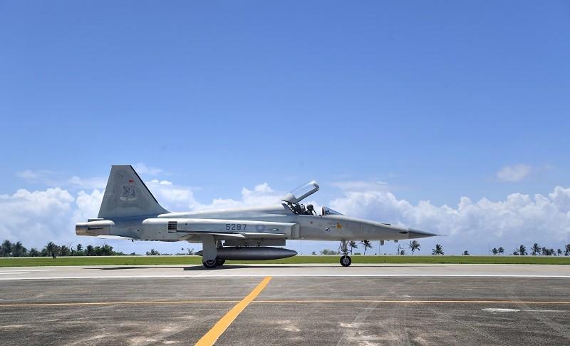 台東志航空軍基地兩架F-5E戰機22日下午執行訓練任務時失聯,軍方指出,此次訓練為4架編隊飛行,其中2、4號機疑似在變換隊形時發生擦撞墜...