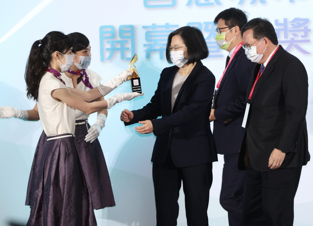 President Tsai Ing-wen (center) at the Smart CitySummit and Expo awards ceremony