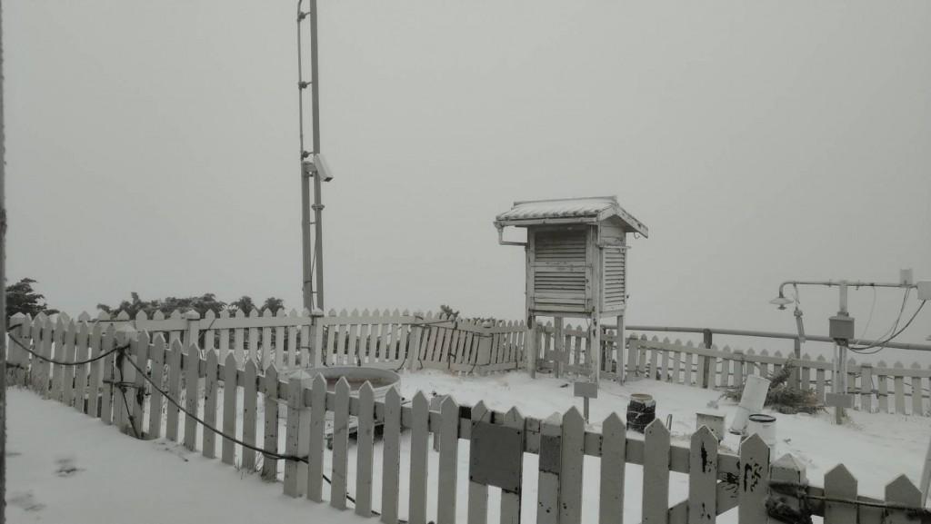 Video shows snow falling on Taiwan's Yushan