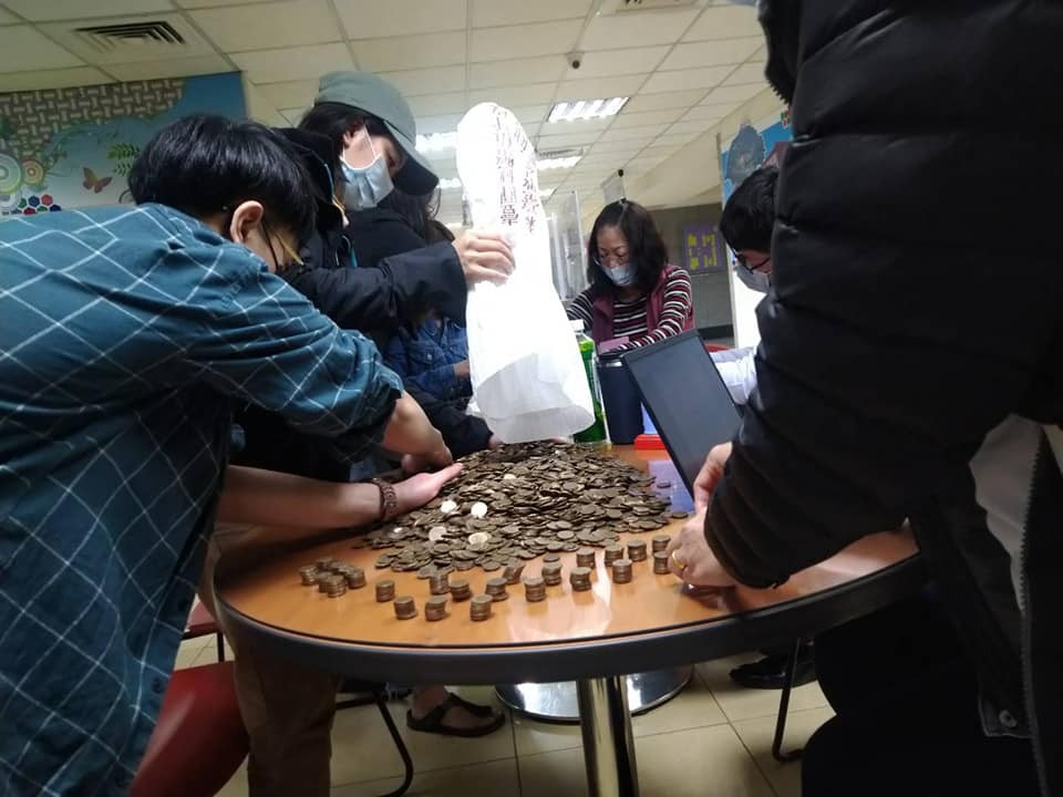 An employer put NT$8,938 in NT$1 coins on the table for a foreign employee (Facebook, Hsinchu Catholic Diocese Migrants and Immigrants Service Center ...