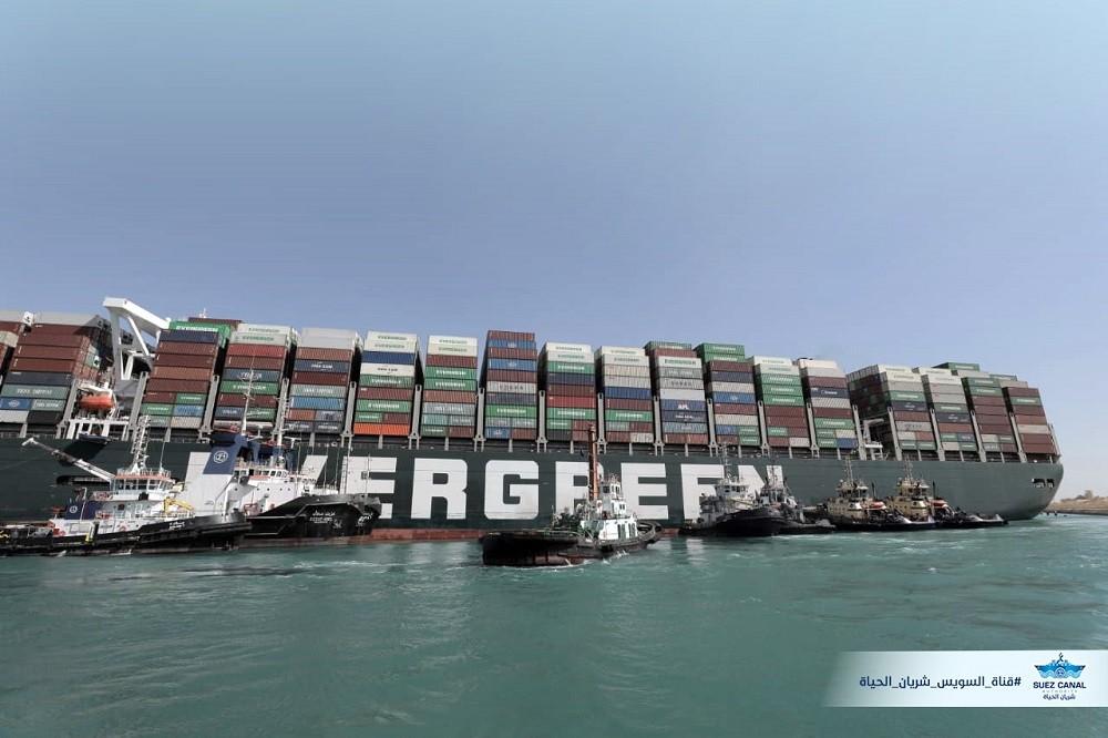 擱淺時的「長賜輪」, 船身旁圍繞多艘拖船 (圖/蘇伊士運河管理局, SCA)