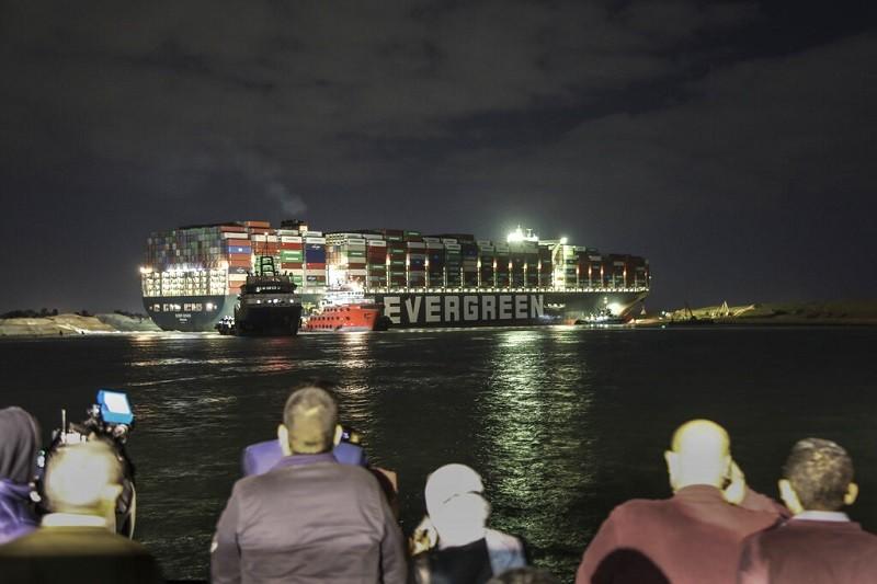 圖為擱淺於蘇伊士運河的「長賜輪」, 3月27日夜景 (美聯社)