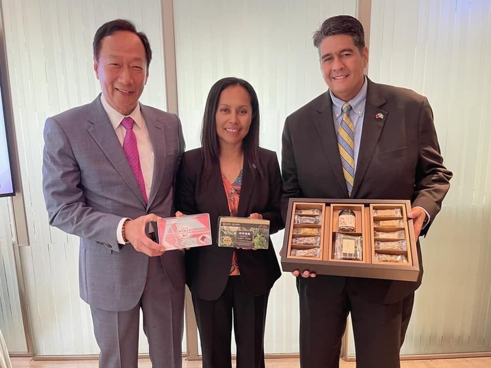 Palau President Surangel Whipps, Jr. (right) with his wife Valerie and Foxconn founder Terry Gou (left) (Facebook, Terry Gou photo)