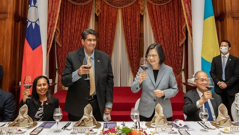 總統蔡英文(右)30日在台北賓館宴請帛琉總統惠恕仁(左),席間賓主互動熱絡,氣氛輕鬆融洽。(總統府提供)中央社
