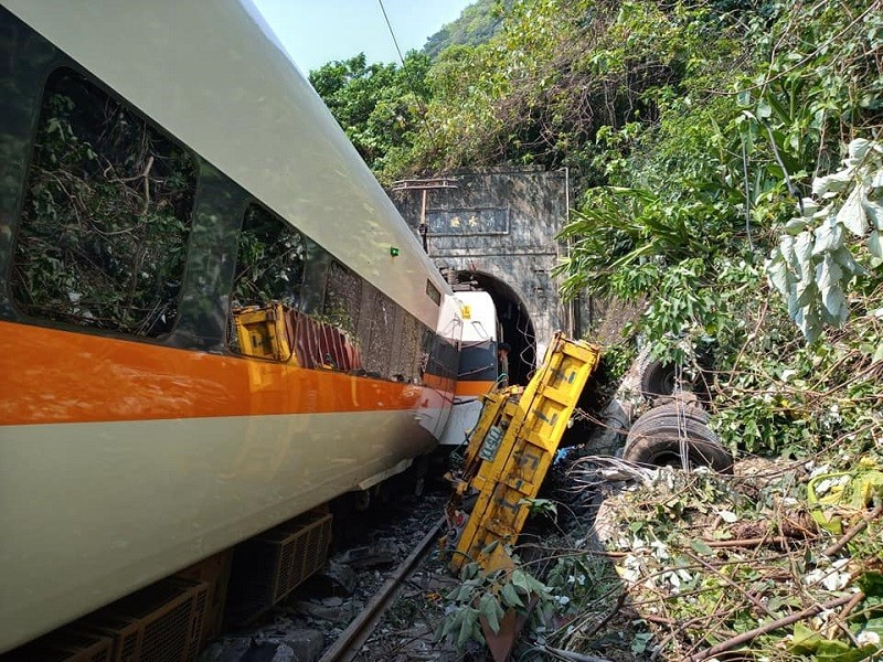 Scene of train derailment. (Facebook, 阿美族的歌 photo)