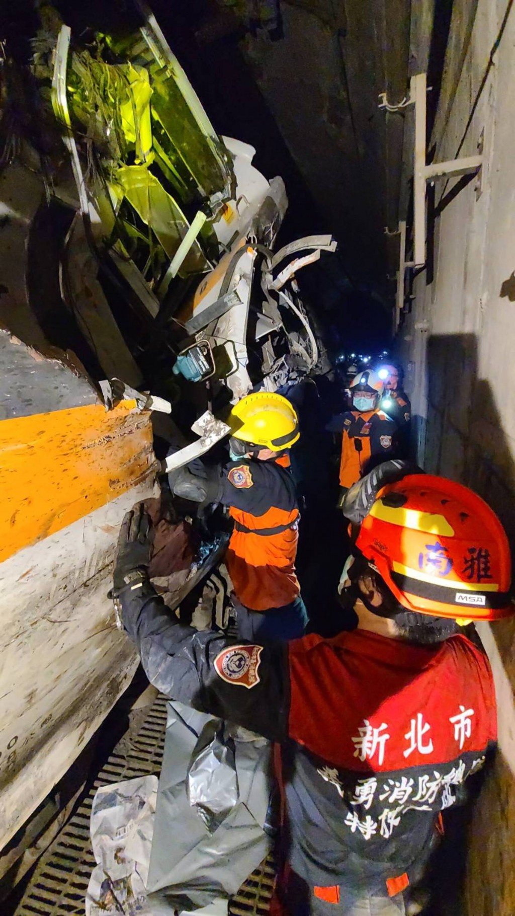 Rescue teams at work inside the Daqingshui Tunnel (CNA, New Taipei Fire Service photo)