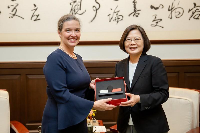 Senior U.S. diplomat Sandra Oudkirk (left) meeting President Tsai Ing-wen in Taipei in 2019 (Presidential Office photo)