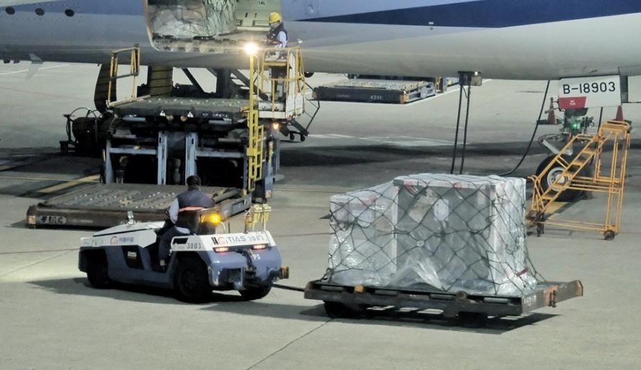 首批來自COVAX的19.92萬劑AZ疫苗,4日清晨運抵桃園國際機場(圖:中央社)