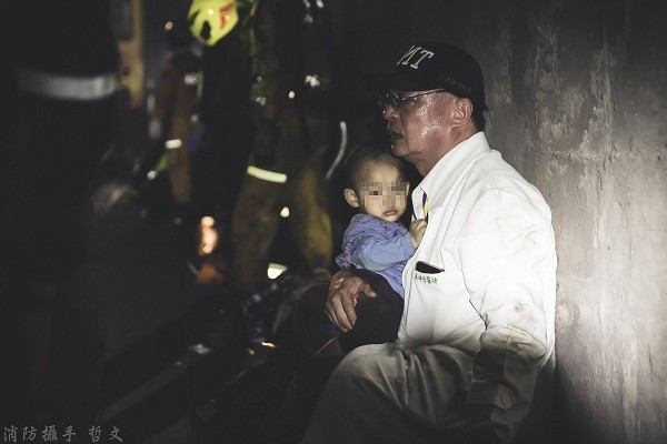 Dr. WuKun-chi comforting a child after a train accident that left 51 dead and over 200 injured in Taiwan's Hualien on April 2, 2021.