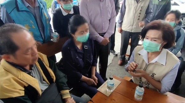 Yilan County Commissioner Lin Zi-miao (right) pays her condonlence to family of Tsai, who died in the April 2 train derailment accident in Hualien.