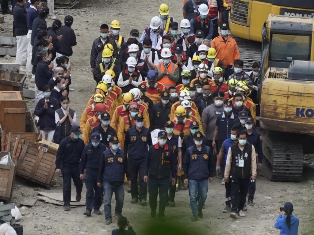 台鐵太魯閣號事故意外,搜救人員5日將 壓在第6節車廂下的最後罹難者救出,大批人員團團圍住遺 體走出隧道。