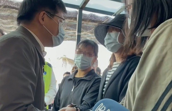 Minister of Transportation and Communications Lin Chia-lung (left) extends condolence to family of Yuan Chun-hsiu, driver of the derailed Taroko Expre...