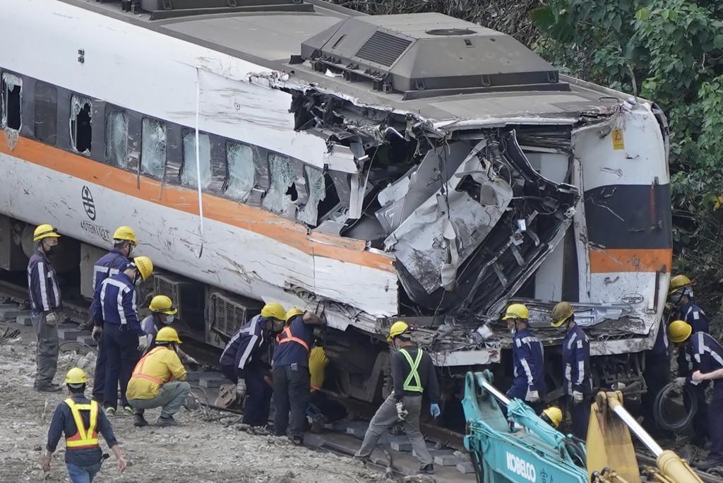 台鐵408次太魯閣號出軌事故釀嚴重死傷。圖為太魯閣號事故現場 第7節車廂拖出現場會勘。