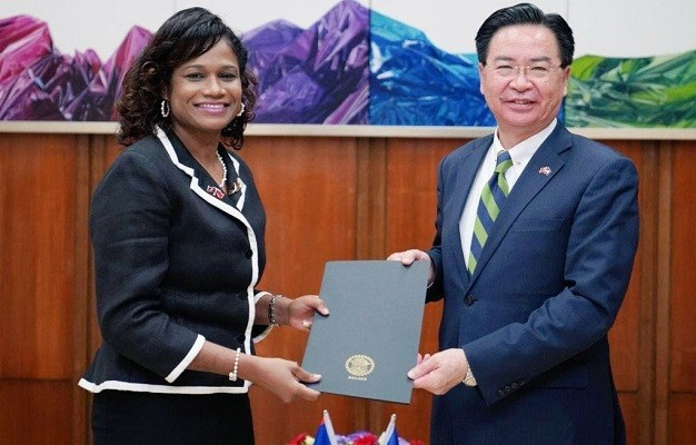 Belizean Ambassador Candice Pitts (left) presenting credentials toForeign Minister Joseph Wu on Tuesday, April 6. (MOFA photo)